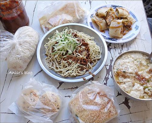 秦小姐豆漿,豇豆蛋餅/燒餅超特別,雙種辣醬好夠勁,美味的中式早餐店!