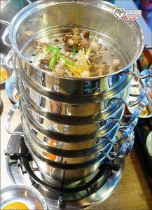 今日熱門文章:(已歇業)東區.韓老大韓式燒肉,台北也有海鮮九層塔囉!