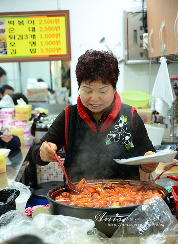 首爾美食~明洞站6號出口小吃,辣炒年糕、血腸 @愛吃鬼芸芸