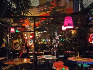 今日熱門文章:布達佩斯.廢墟酒吧 Szimpla Kert,根本像鬼屋 XD