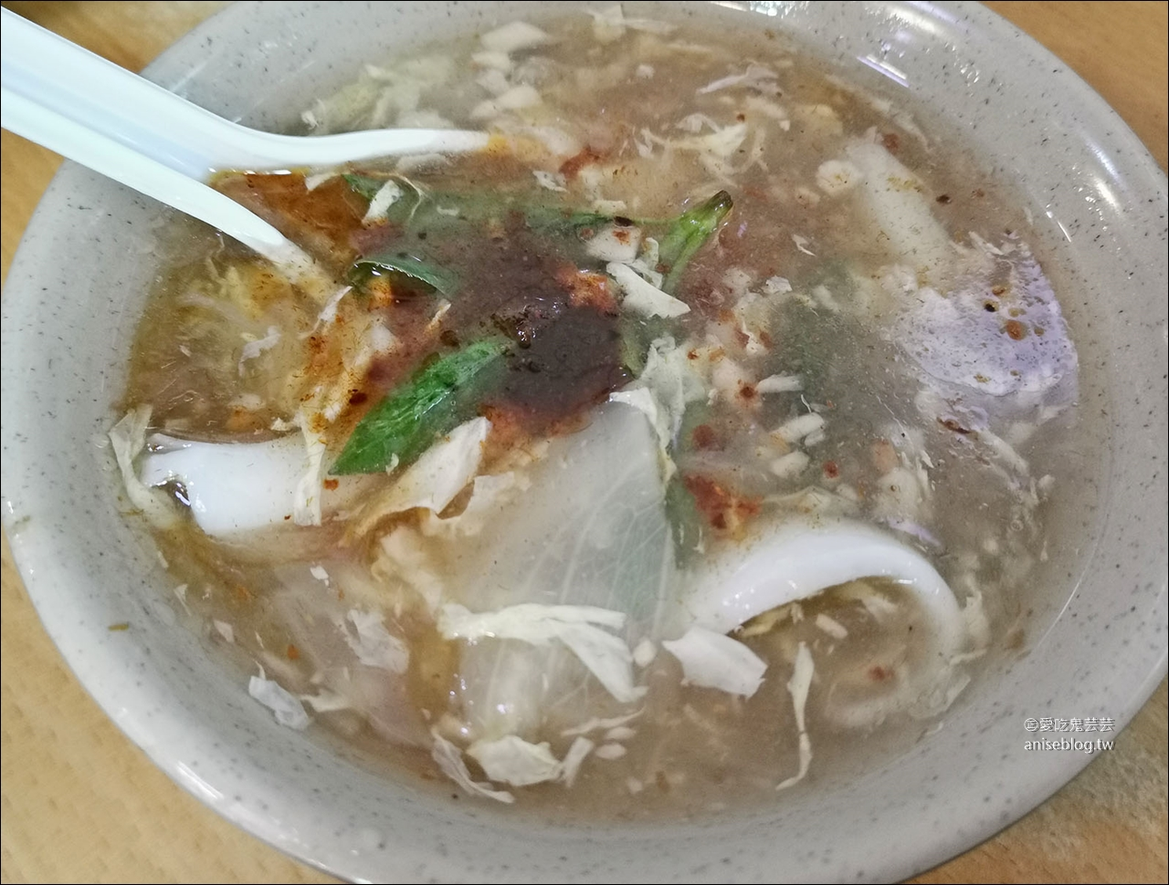 天天利美食坊,姐姐說是台北三大滷肉飯之一,我卻覺得蚵仔煎更好吃!辣椒必加!