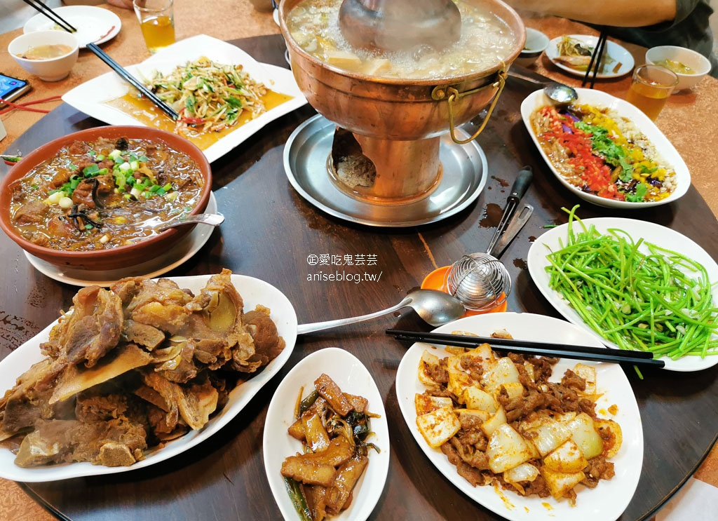 金麥子酸菜白肉鍋,一大桌子菜像在吃圍爐好熱鬧呀!
