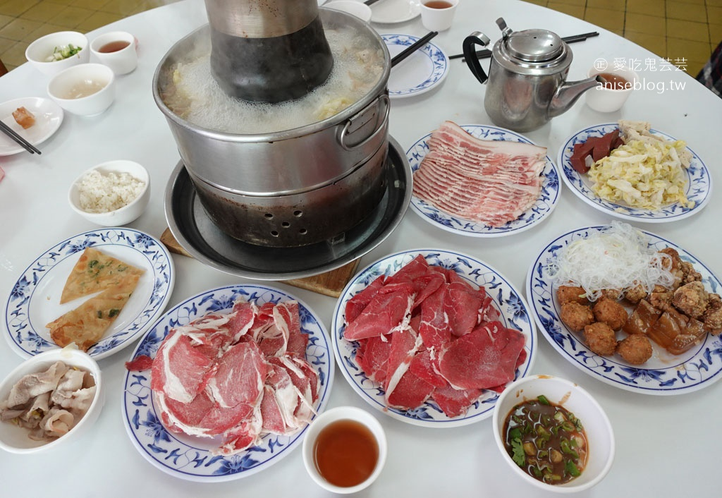 台電勵進酸菜白肉鍋吃到飽,果然蔥油餅依然是主體!